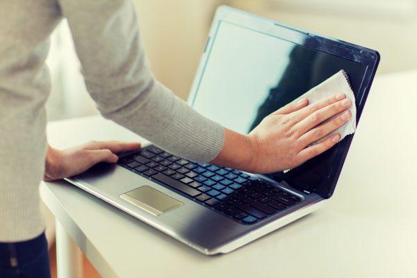 パソコンを掃除している女性