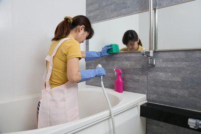お風呂場の掃除をしている主婦