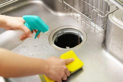 流し台を掃除している女性