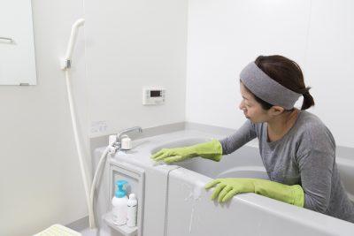 お風呂場を掃除している女性