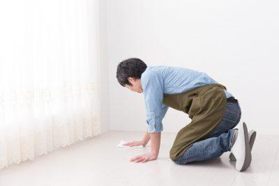 雑巾がけをしている男性