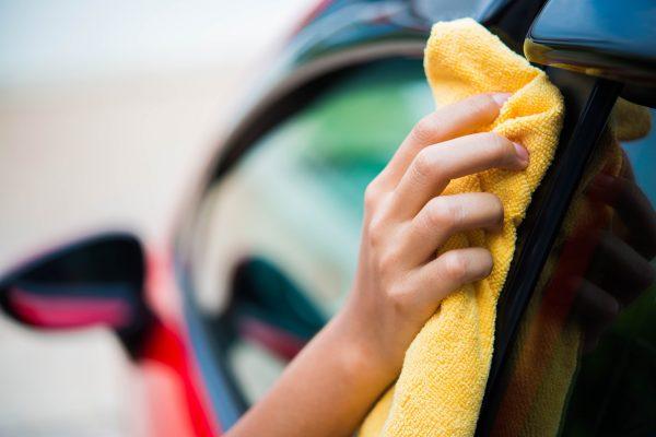 タオルで車を吹いている男性