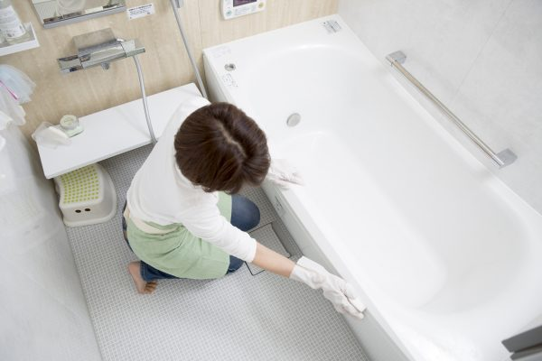 お風呂場のバスタブを掃除をしている主婦