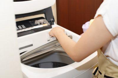 洗濯機を使っている主婦