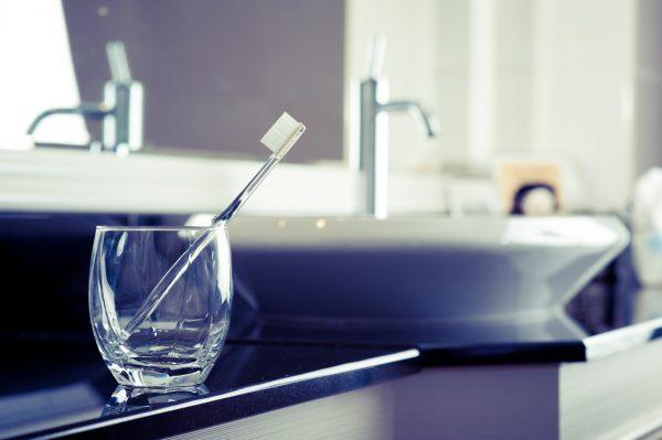 洗面台の鏡と歯ブラシ