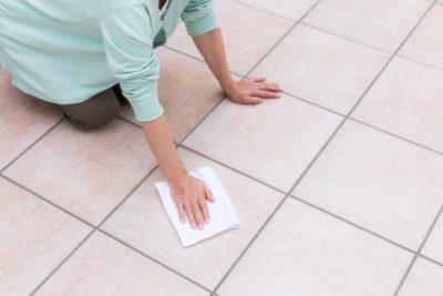 タイルを掃除している女性