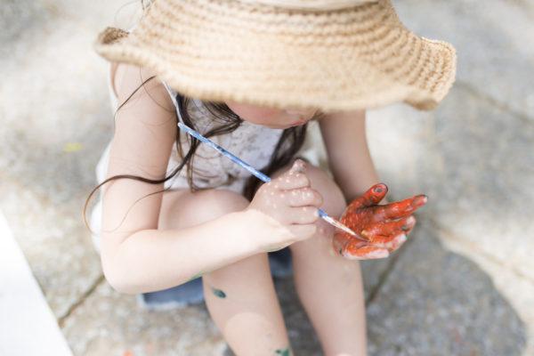 絵の具で遊ぶ女の子