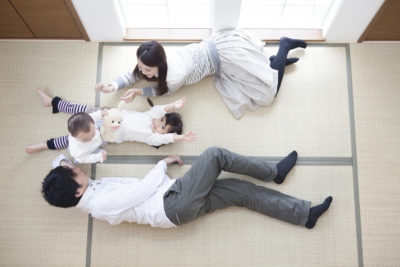 和室で遊んでいる家族