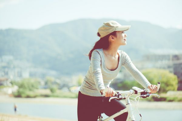 自転車に乗っている女性