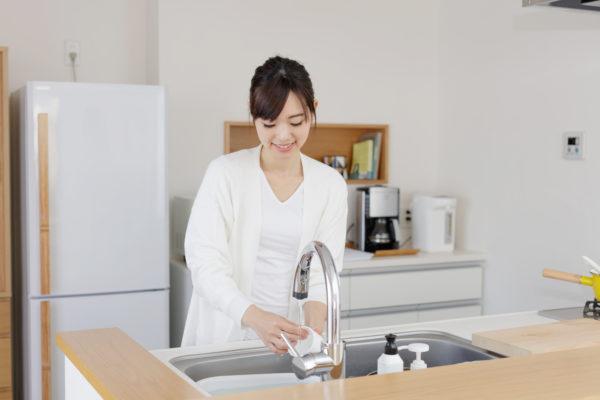 キッチンで洗い物をしている女性