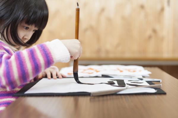 習字をしている女の子