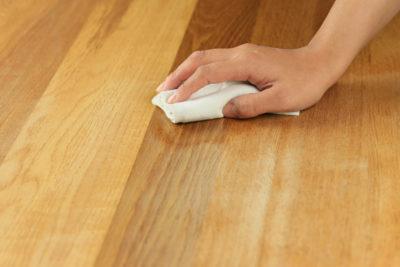 木製テーブルの拭き掃除