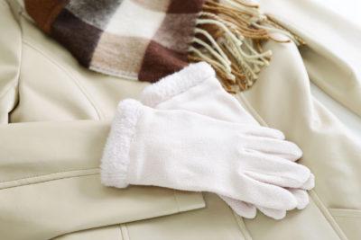 白いコートと手袋