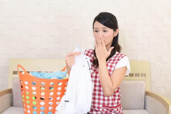 洗濯物をしている主婦