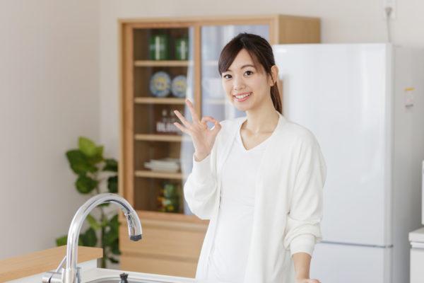 キッチンに立っている主婦