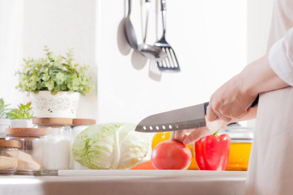 キッチンで調理をしている女性