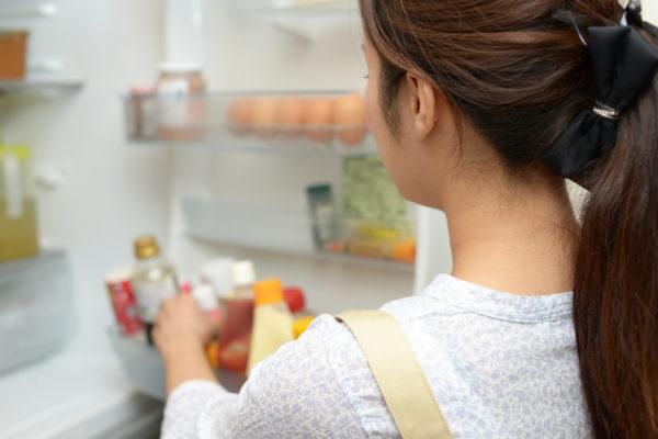 冷蔵庫の掃除をしている主婦
