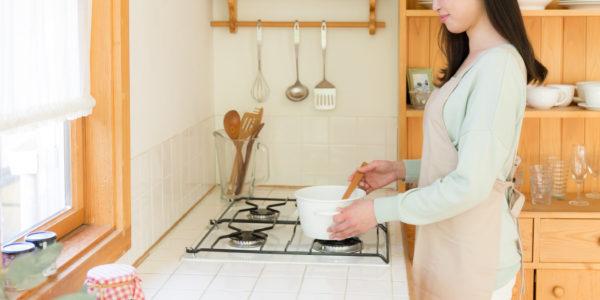 鍋料理をしている女性