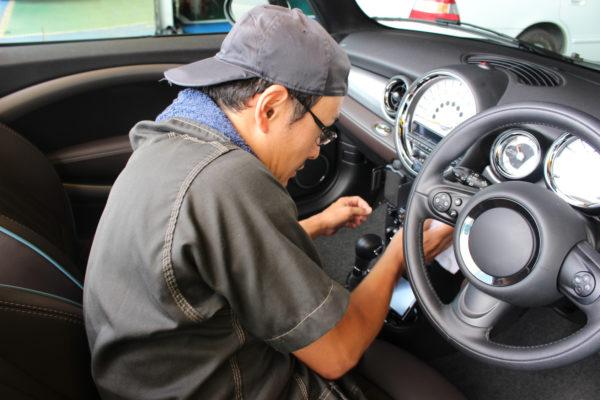 車内を掃除する男性
