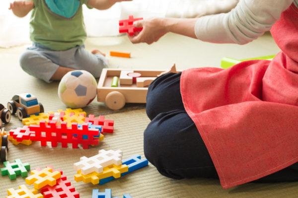 子供とおもちゃで遊んでいるお母さん