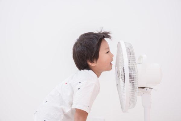 扇風機と子供