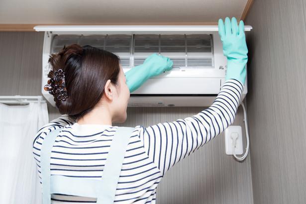 エアコンを掃除している女性