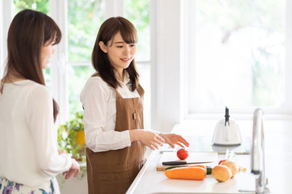 キッチンに立っている女性